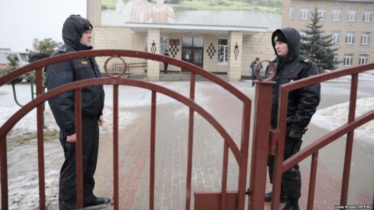 Agyonszúrt egy tanárnőt és egy diákot egy fehéroroszkamasz