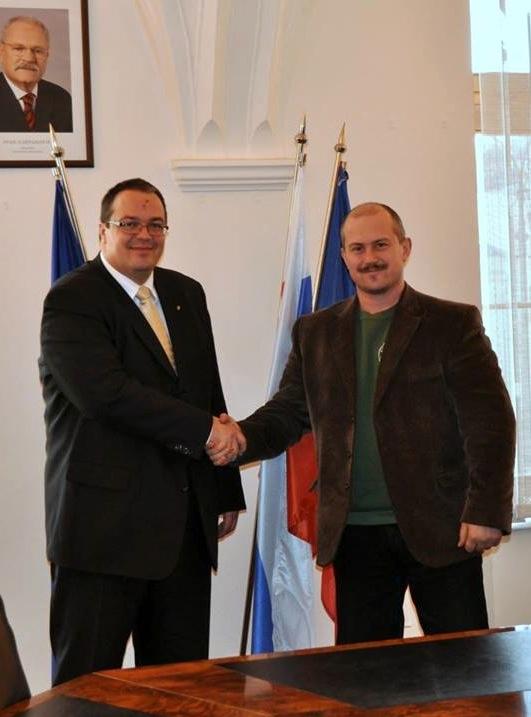 Kotlebával pózolt a magyar nagykövet, a cigánybűnözésről cseverésztek