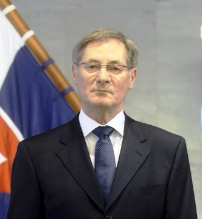 Hrušovskýnak vissza kell lépnie