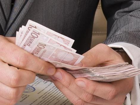Dagadnak a bukszák: 857 euróra nőtt a szlovákiai átlagbér!