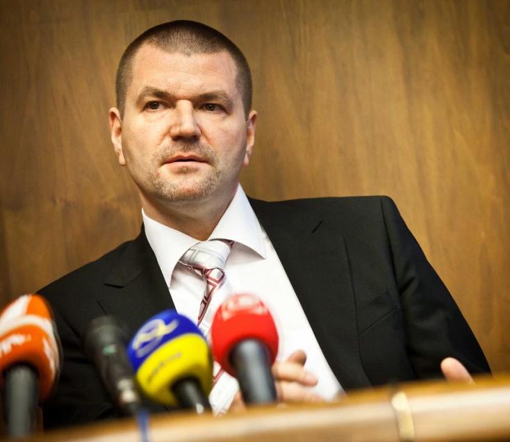 Már nem tagja az SNS-nek a faliújságtenderes miniszter