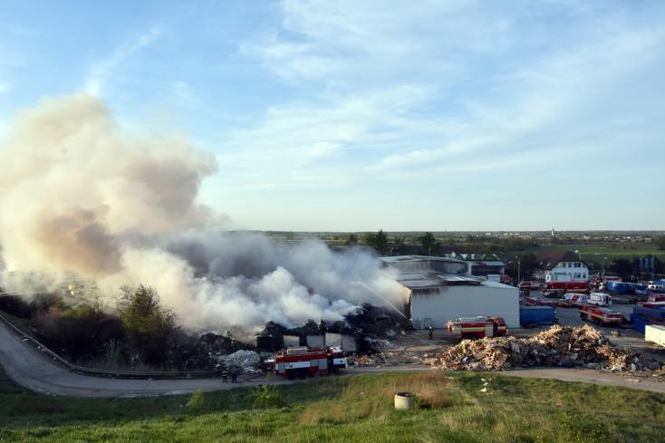 Kigyulladt két gyártócsarnok az ipartelepen, óriási a tűz (FOTÓK)
