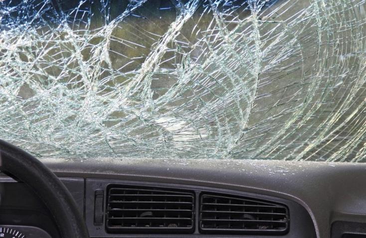 Jég zuhant egy teherautóról a szembejövő kocsira