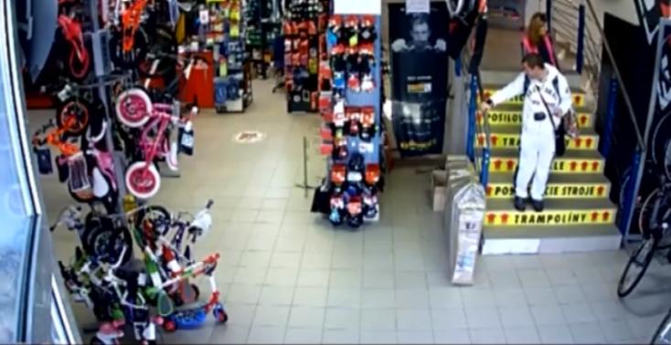 Csókolózással terelték el a figyelmet, sportüzletből loptak a fiatalok (videó)