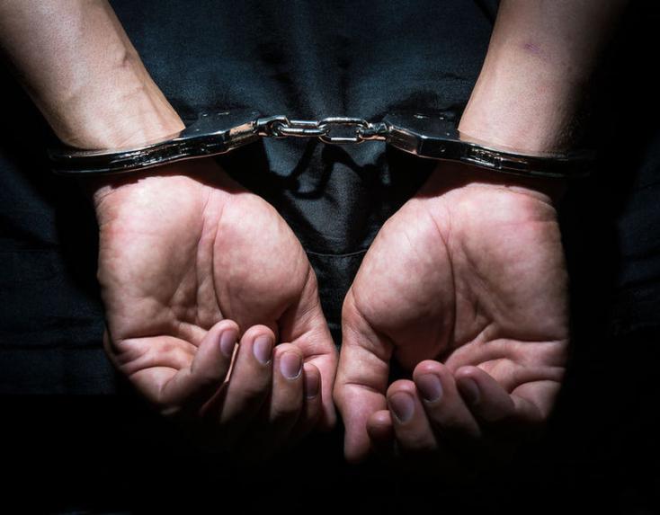 Otthona előtt csaptak le arendőrök egy rimaszombati börtönőrre, egyelőre titkolják, hogy miért