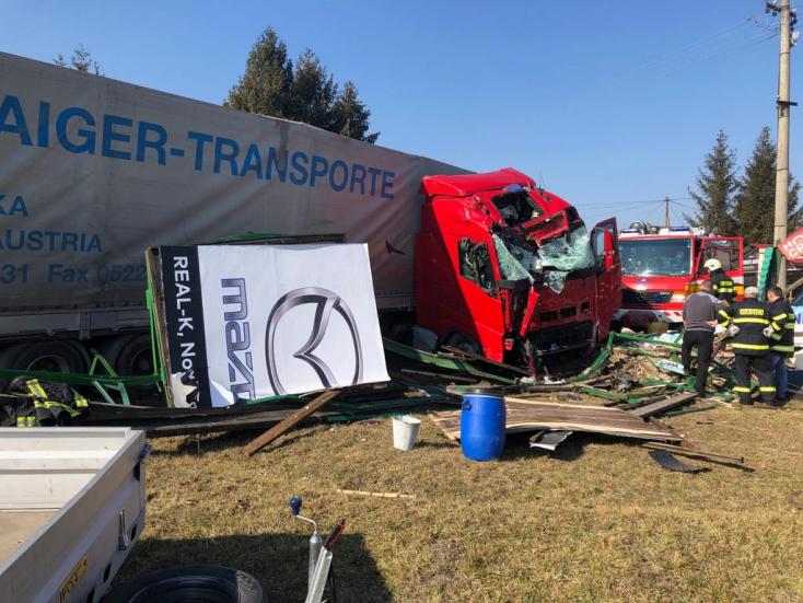 BALESET: Hirdetőtáblának csapódott egy kamion a 63-as úton