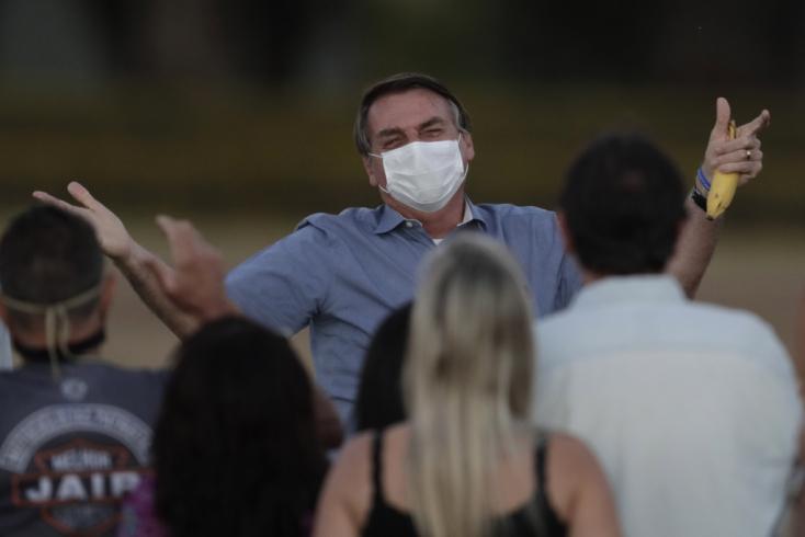 Bolsonaro fittyet hány a járványügyi előírásokra, elvegyül az őt ünneplő tömegben