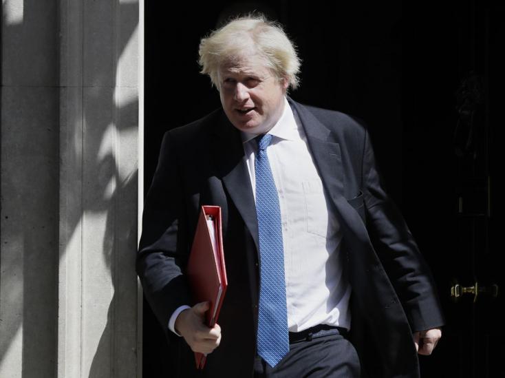 Politikaigyilkosságon rágódnak a britek, a kormányfőjük meghumbugozott egyet