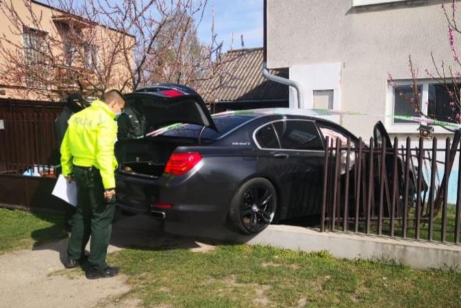 Kivitte a kerítést egy BMW a bősi utcában, majd a sofőr futott, amerre látott