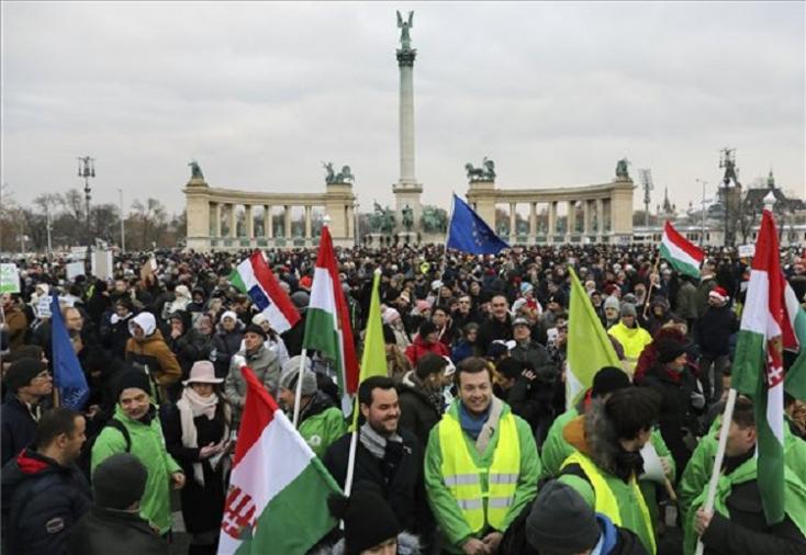 Több ezer tüntető kívánt ezt-azt, meg boldog karácsonyt Orbánnak