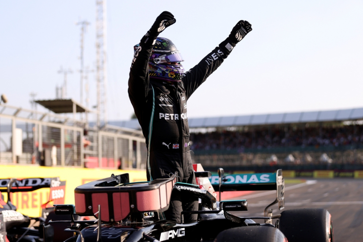 Brit Nagydíj: Hamilton győzött, Verstappen versenye fél körig tartott