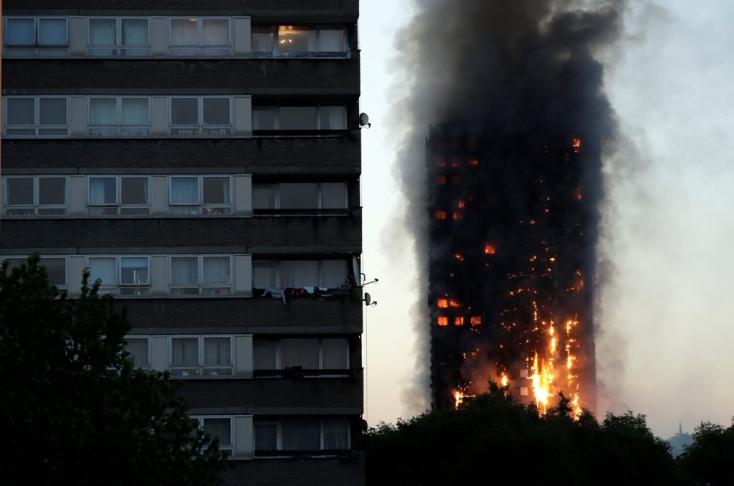 Óriási fáklyaként égett egy londoni toronyház, többen az égő épületben rekedhettek