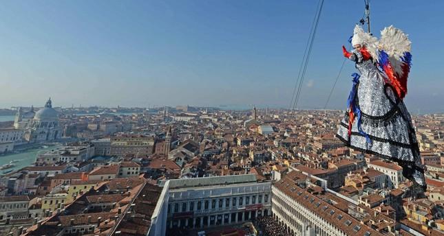 Angyal szállt le a Szent Márk székesegyház tornyából a velencei karnevál nyitányaként