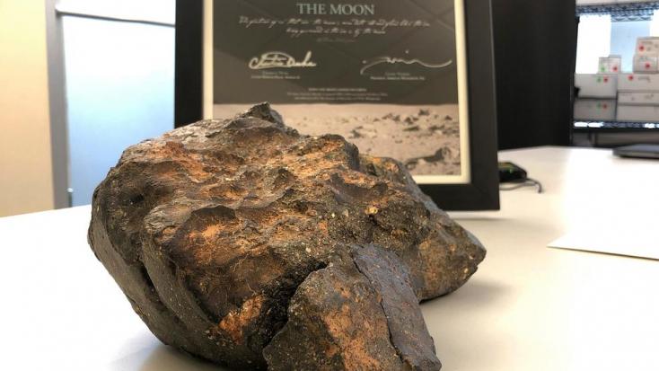 Akár félmillió dollárért is elkelhet el a Holdról származó, csaknem hat kilogrammos meteorit