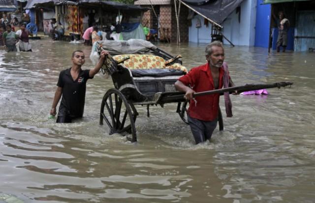 Százezreket evakuáltak Indiában egy ciklon miatt