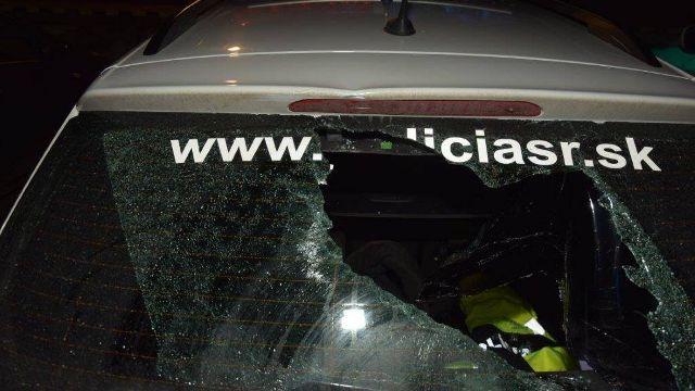 Szétverték a zsaruk autóját egy romatelepen