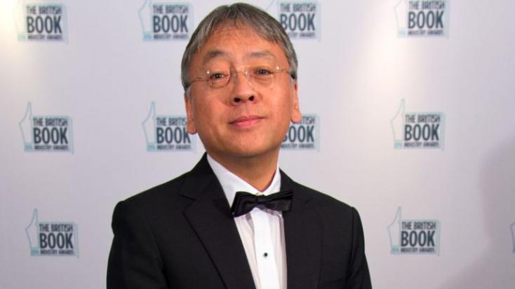 Kazuo Ishiguro angol író kapja az irodalmi Nobel-díjat