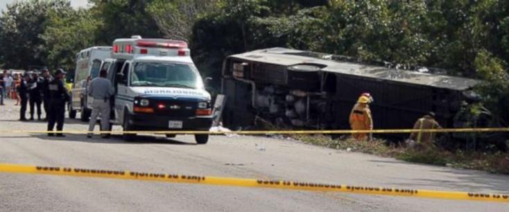 Felborult egy betegeket szállító busz Mexikóban, tizenketten meghaltak