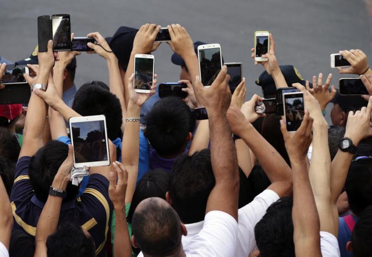 Szemfáradtságot, idegrendszeri terhelést okoznak az okostelefonok