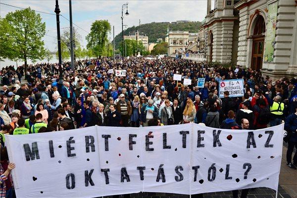 Döbbenetes méretű tömeg tüntet a CEU-ért Budapesten
