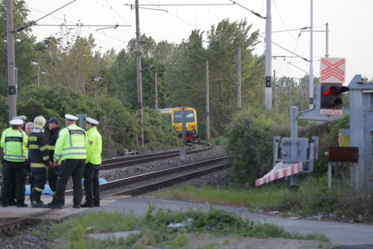 TRAGÉDIA: Két fiatalt gázolt halálra a vonat a vasúti átjáróban