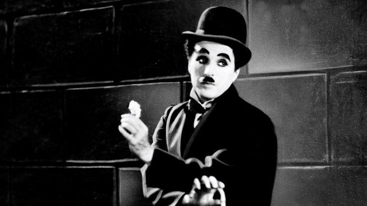 Felújított formában mutatják be Chaplin filmjeit a világ mozijaiban A kölyök 100. évfordulója alkalmából