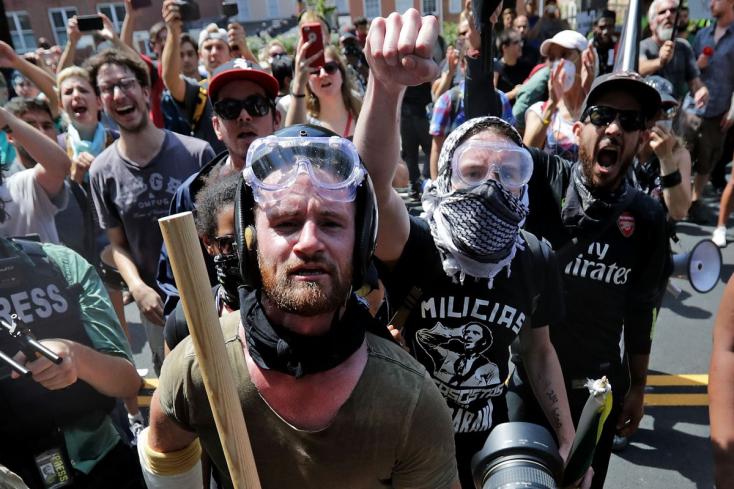 ERŐSZAK, SZÁNDÉKOS GÁZOLÁS: A fehérek felsőbbrendűségét hirdető neonácik és ellentüntetők csaptak össze az amerikai Charlottesville-ben