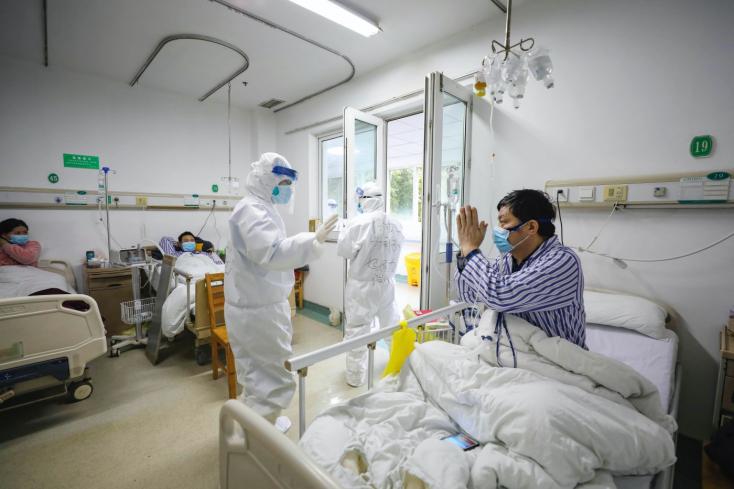 Több mint kétezer áldozata van már a koronavírusnak Kínában, de csökken az új fertőzöttek száma