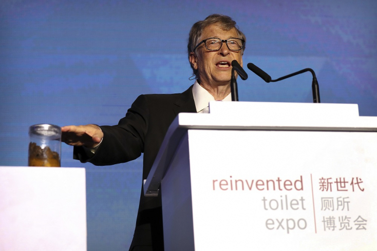 Bill Gatesszarrala kezében tartott előadásta vécék hiányáról