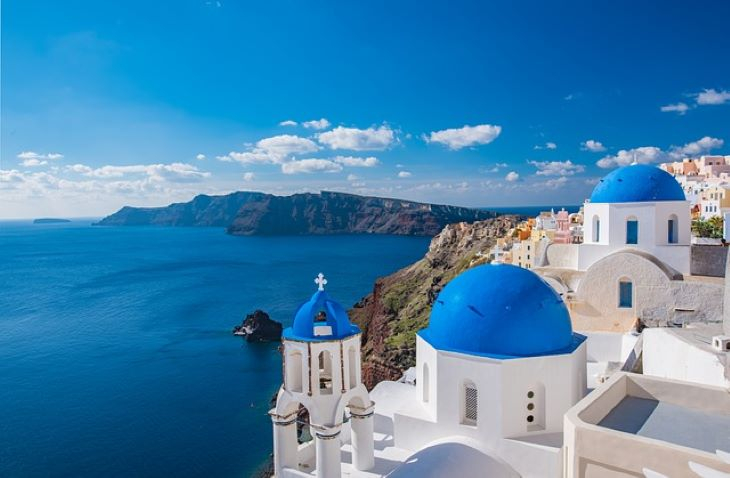 Görögország újabb országok turistái számára oldja fel a karantén-kötelezettséget hétfőtől
