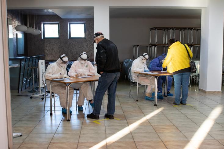 Pazarlásnak tartják az orvosok az országos tesztelést, szerintük az oltás fontosabb ennél