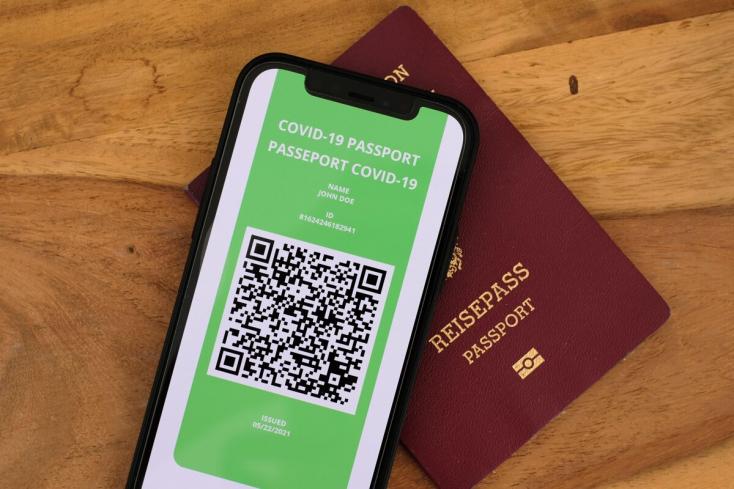 Ha változik a vezetéknév, módosítani kell a COVID-útlevelet is