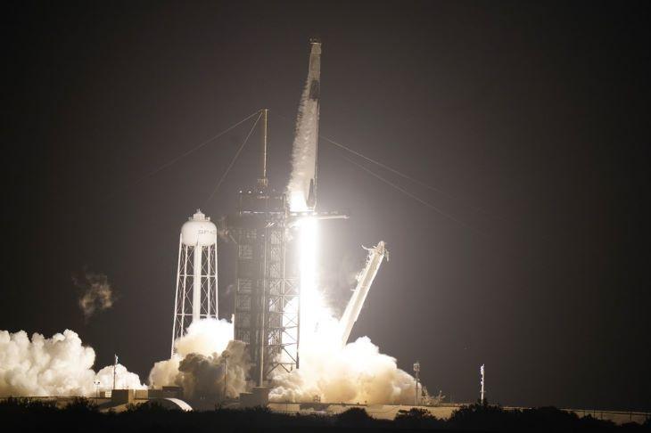 Négy asztronauta indult az űrállomásra a SpaceX első teljes értékű missziójában