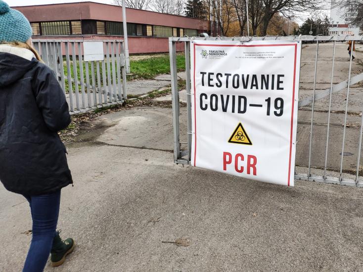 KORONAVÍRUS: Már majdnem hétezer áldozata van a járványnak Szlovákiában, nőtt a kórházban kezelt páciensek száma