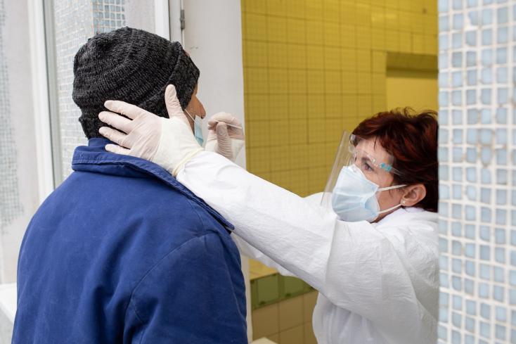 Rohamosan csökken a kórházban ápoltak száma Szlovákiában, de még mindig sok a halott