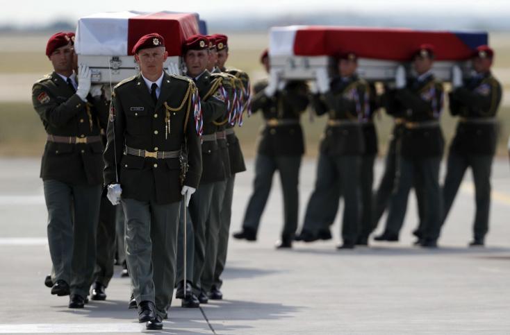 Hazaszállították az öngyilkos merényletben meghalt cseh katonák holttestét