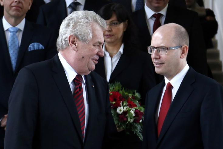 Össztűz zúdul a hötyögő cseh elnökre