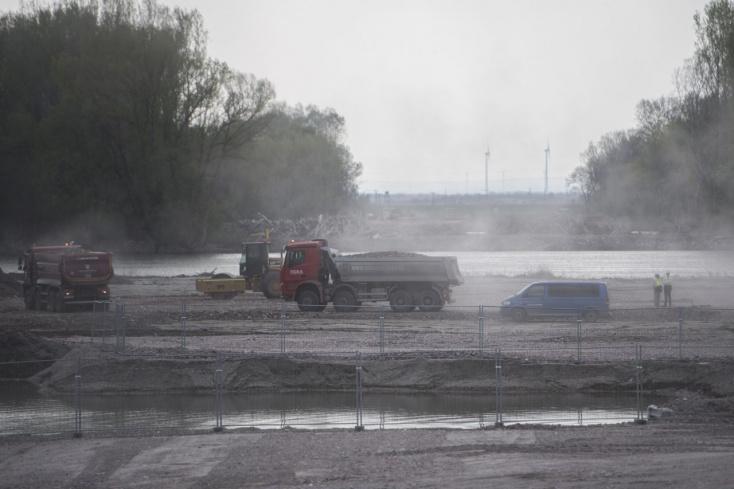 Vizsgálják a D4-es és R7-es utak építéséhez használt föld szennyezettségét