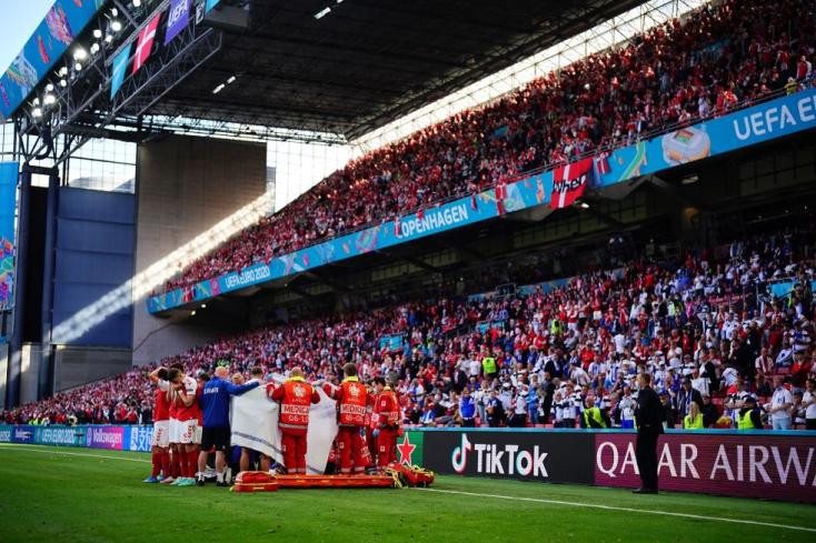 EURO 2020: Félbeszakadt a Dánia-Finnország mérkőzés, egy játékos összesesett a pályán, az újraélesztése sikerült, a meccs folytatódott