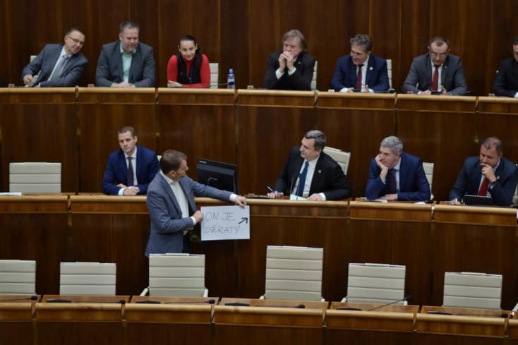 Isten, áldd meg a szlovákiait! A narkótól hangos parlamentben elénekeltéka himnuszt, aztán hazamentek a legények