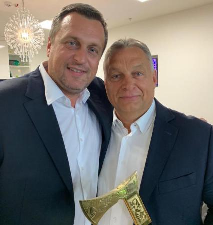 Orbán Dankóval nézte a hétfői meccset, aki még ajándékot is vitt magával