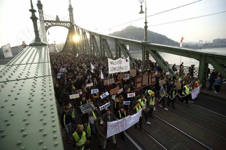 Több ezren tüntettek az SZFE szabadsága mellett