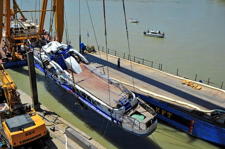 Dunai hajóbaleset: Sikerült kiemelni az elsüllyedt hajóroncsot