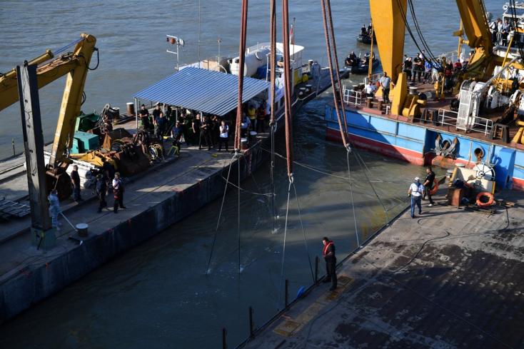 Dunai hajóbaleset: Édesanyja karjaiban találták meg a hatéves kislányt