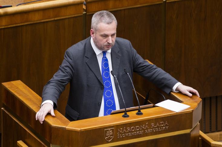 Magyarok kaptak hajba a parlamentben a himnusztörvény miatt, de a megoldás körvonalazódik