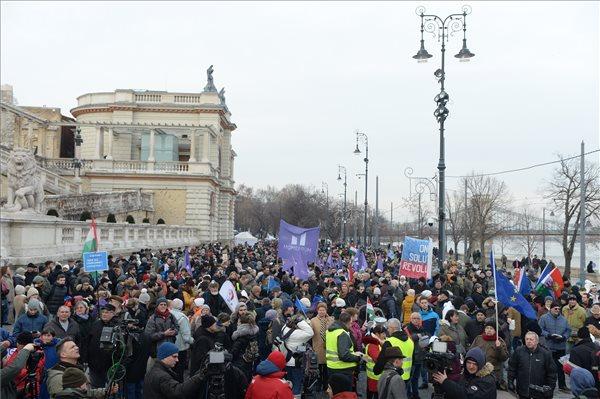Összefogásra szólítottak fel a budapesti, rabszolgatörvény elleni tüntetésen
