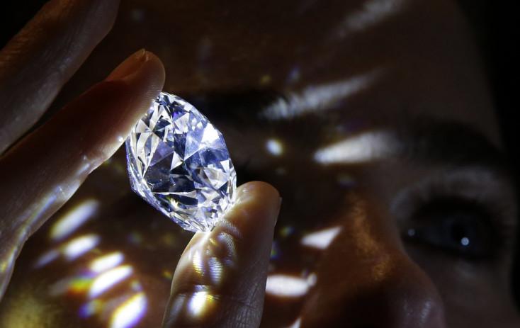 Drákakőszakértőnek adta ki magát a 60 éves nő, majdkavicsokra cserélte a gyémántokat