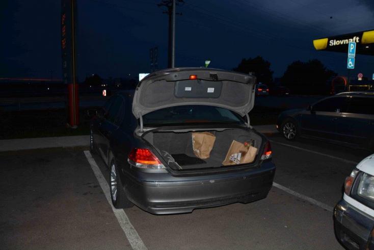 Nemzetközileg körözött fickót kaptak el egy rakás droggal Szered mellett egy benzinkúton!