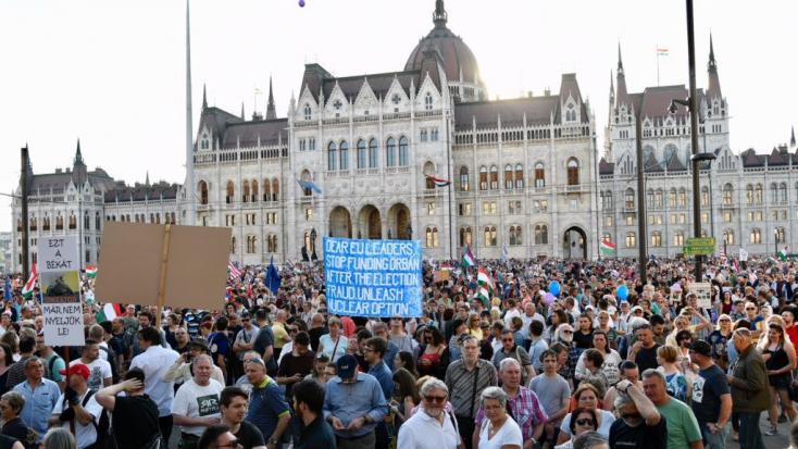 Több tízezer ember tüntetett Budapesten a kormány ellen