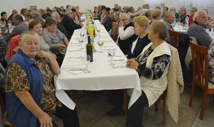 Dalokkal, táncokkal köszöntötték a nagypakai nyugdíjasokat